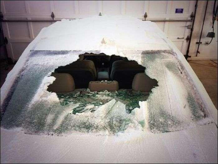 Що буде якщо полити заморожене скло окропом (2 фото)