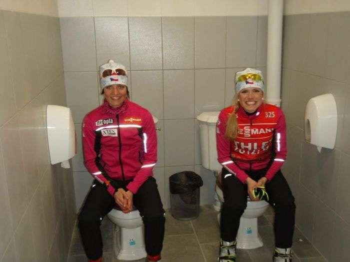 Парне катання в олімпійському туалеті (2 фото)