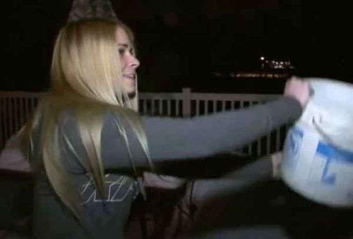Блондинка провела експеримент з окропом на морозі (6 фото)