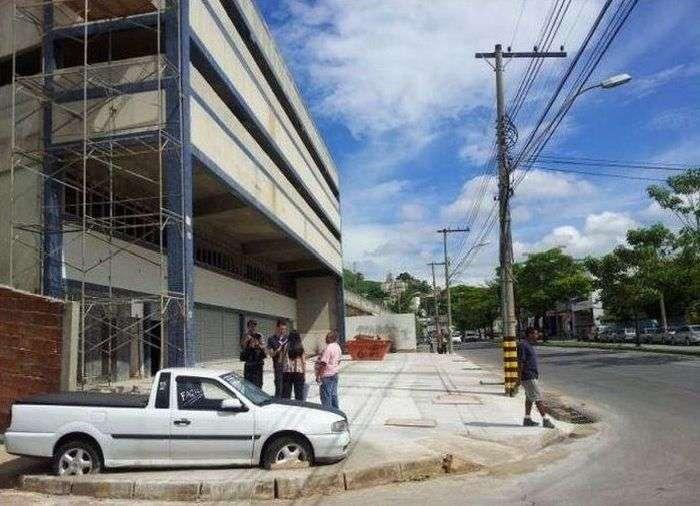 Авто-помста за паркування біля будівництва (4 фото)
