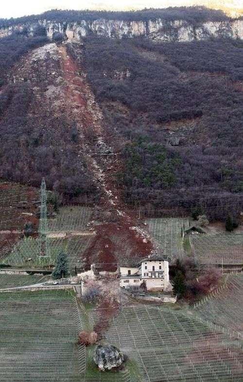 Величезний камінь обрушився на ферму в Італії (6 фото)