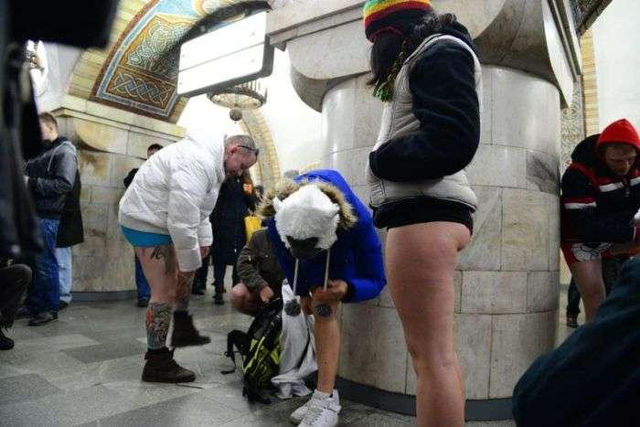 Рейки проткнула підлогу в метро (3 фото)