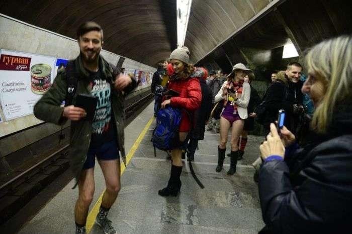 Кияни прокотилися на метро в нижній білизні (23 фото + відео)