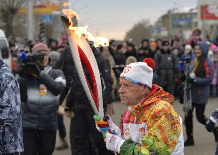 Цікаві моменти подорожі Олімпійського вогню 2014 (25 фото)