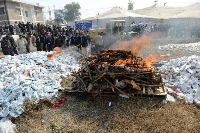 Церемонія знищення заборонених речей в Пакистані (13 фото)