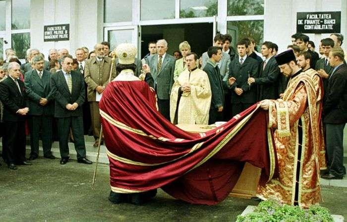 Священики в Румунії встигають скрізь заробити (20 фото)