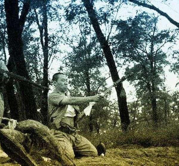 Японський офіцер робить сеппуку - харакірі (13 фото)