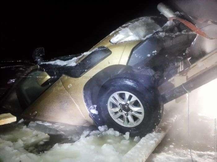 Як витягнути позашляховик, який провалився під лід (14 фото)