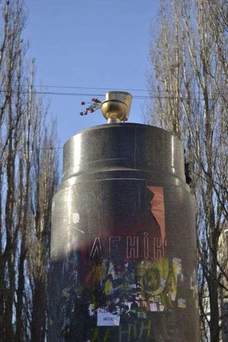 Золотий унітаз на Евромайдане в Києві (6 фото)