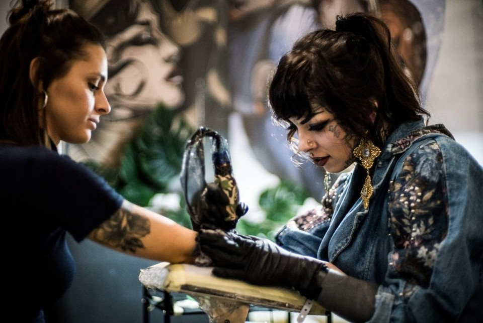 Сотни поклонников татуировок собрались на ежегодную конференцию в Милане МиР