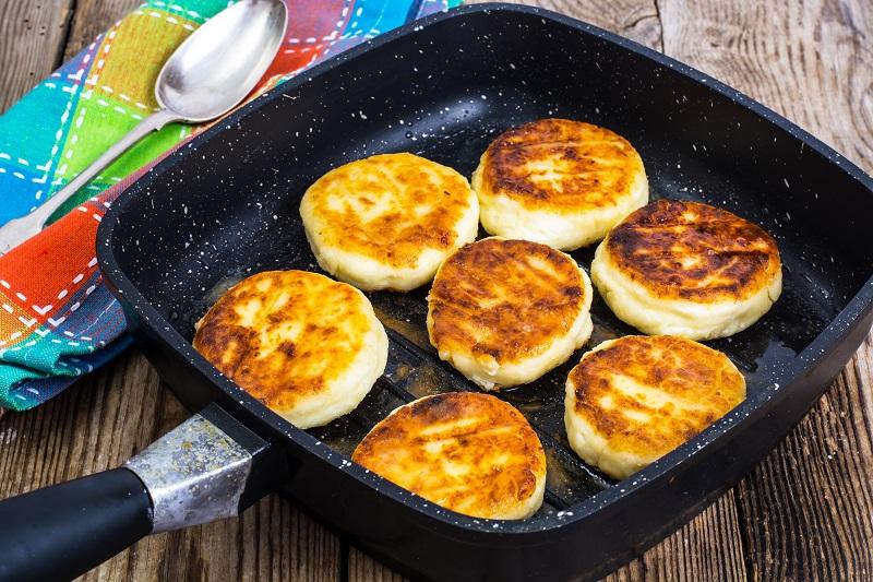 Рецепт сырников без муки и яиц кулинария