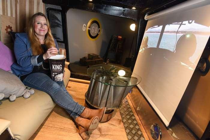 Британка потратила £10 000, чтобы превратить старый вертолет в кинотеатр интересное