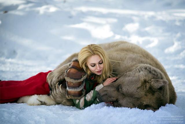 Девушка и медведь разное, интересное