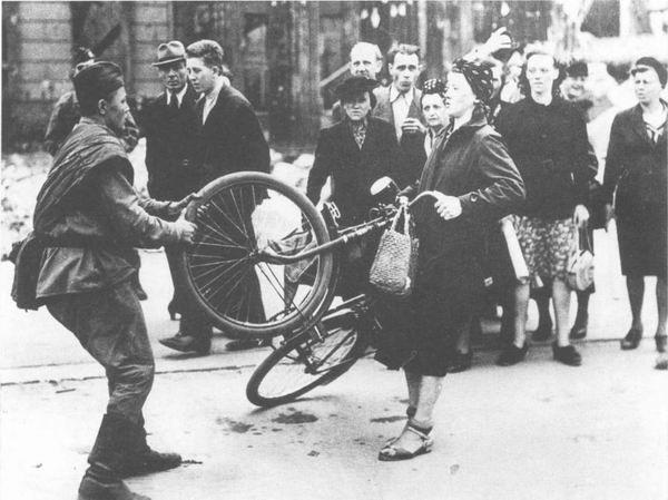 Заблуждение или намеренная инсинуация? Правда об одном фотоснимке Берлина 1945 года история