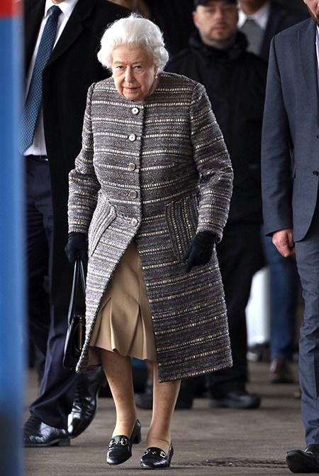Все оттенки серого: Кейт Миддлтон и королева Елизавета вышли в свет в похожих образах Монархи / Британские монархи