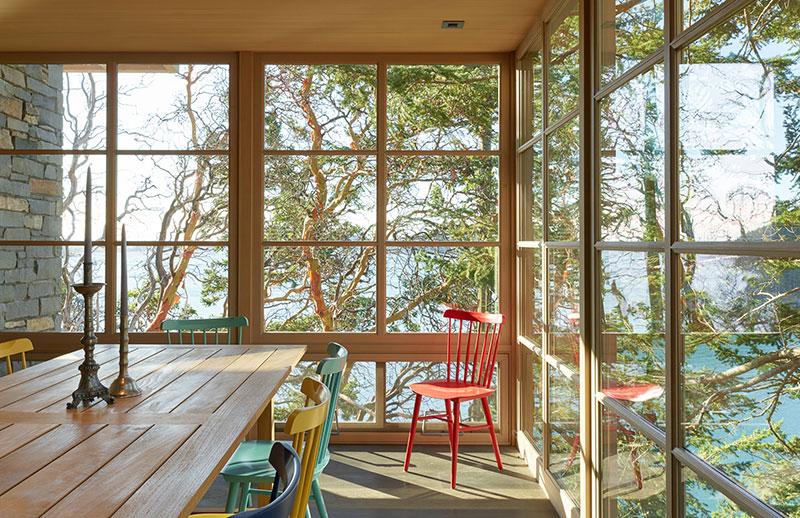 Потрясающий современный дом на холме у озера в США дерево