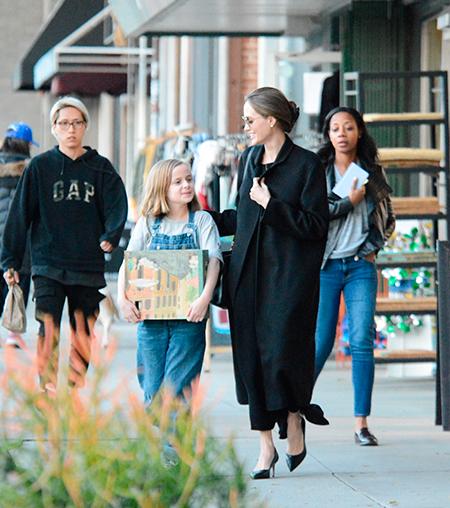 В черном с головы до пят: Анджелина Джоли замечена на прогулке с дочерью Мода / Стиль звезд