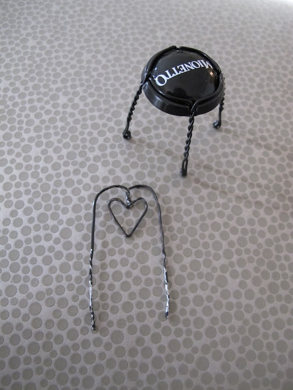 Крошечные стулья из проволоки от шампанского Джоэля Энрикеса из пробок