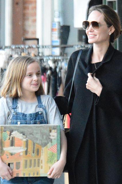 Счастливая Анджелина Джоли гуляет с дочерью, пока Брэд Питт проводит время с Дженнифер Энистон Звездные дети